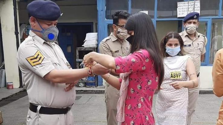 विद्यार्थी परिषद ने पुलिस जवानों के साथ मनाया रक्षाबंधन का त्यौहार