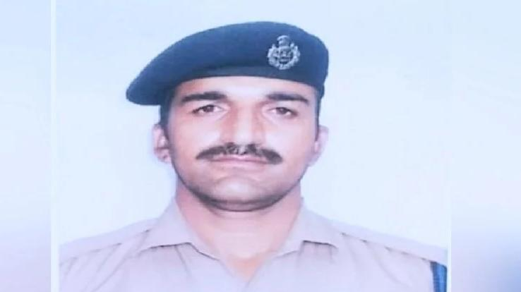 constable-poornanand-received-bravery-award
