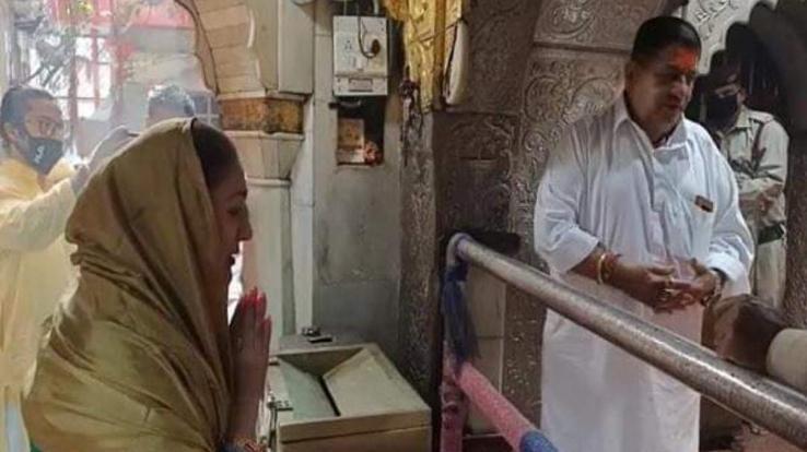 govindas-wife-sunita-ahuja-visits-chintpurni-mata-mandir