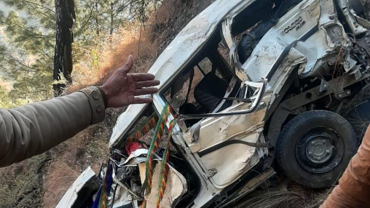 खाई में गिरी बारात की गाड़ी 2 की मौत, 7 घायल