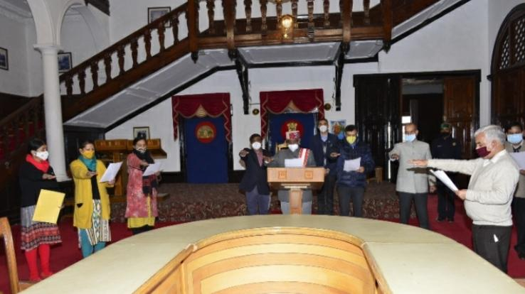 Governor-administered-oath-of-constitution-to-officials