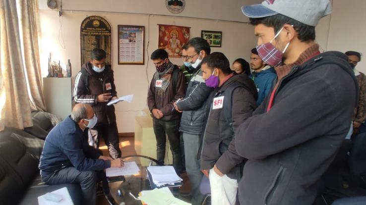 SFI handed over demand letter to University DS for delay in admission process