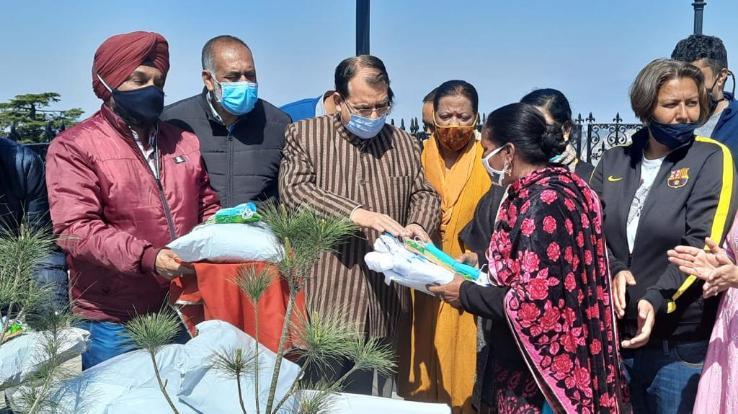 Shimla: Urban Development Minister Suresh Bhardwaj distributed corona safety kit