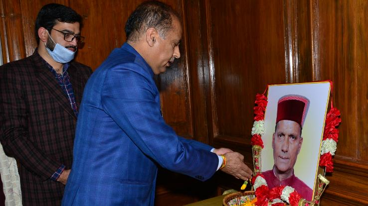 Chief Minister Jairam Thakur pays floral tribute to Ramswaroop Sharma