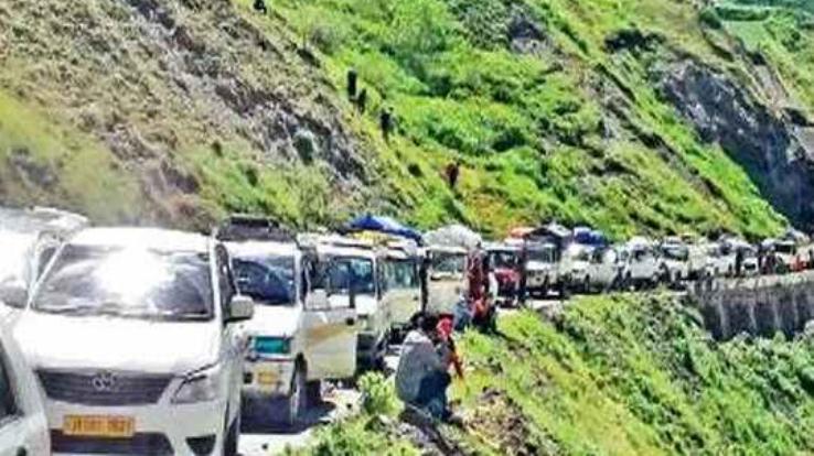Kullu-Manali National Highway remained closed for hours due to landslide