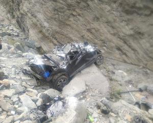 150 मीटर नीचे गहरी खाई में गिरी कार, चालक समेत तीन की मौत