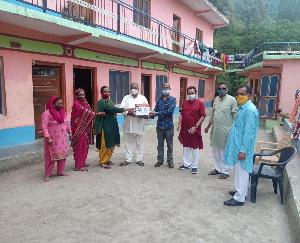 दाड़लाघाट :भाजपा नेता रत्न सिंह पाल ने वितरित कि होम आइसोलेशन किट