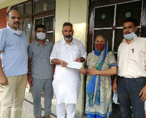 State BJP executive member Kishore RanaState-BJP-executive-member-Kishore-Rana-presented-a-check-of-21000-for-the-treatment-of-Krish-Thakurpresented a check of 21000/- for the treatment of Krish Thakur