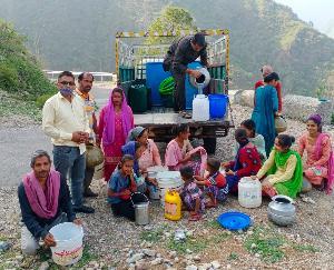 दाड़लाघाट :पेयजल की समस्या से जूझ रहे  पंचायत मांगल के ग्रामीण