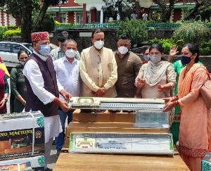 Knitting machine given to women on the death anniversary of freedom fighter Rani Laxmibai by BJP Mandal