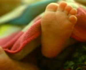 Mother threw the baby in a heap of dung after giving birth, the police saved the girl's life by becoming an angel
