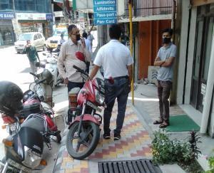 हमीरपुर : फुटपाथ पर गाड़ी खड़ी होने से लोगो को चलने में हो रही दिक्कत