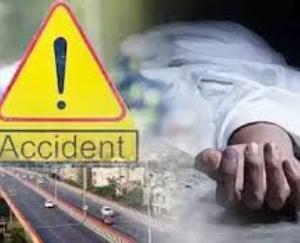 ऑटो चालक ने खड़ी वेन को मारी टक्कर,एक कि मौत