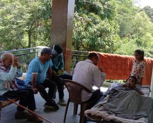 जसवां:परागपुर चलाली के गरीब परिवार को समाजसेवी  मुकेश ठाकुर ने पहुंचाई आर्थिक मदद