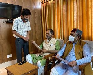 हिमाचल प्रदेश आउटसोर्स कर्मचारी महासंघ ने मांगो को लेकर मुख्यमंत्री जयराम ठाकुर को सौंपा ज्ञापन