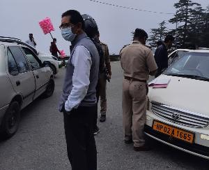 शिमला : पर्यटकों की आमद को देखते हुए नायब तहसीलदार ग्रामीण ने किया निरीक्षण कार्य