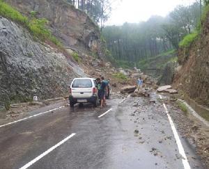 मंडी : चंड़ीगढ़- मनाली एनएच का संपर्क पूरी तरह से कटा