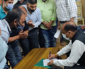 Chief Minister Jai Ram Thakur gave written assurance to unemployed art teachers in his home area Mandi.