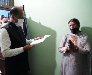 मंडी : मुख्यमंत्री ने द्रंग दौरे के दौरान गरीब परिवार के घर पहुंच कर जानी बीमार बेटे की स्वास्थ्य स्थिति