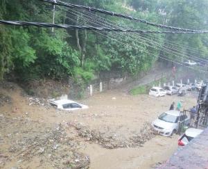 रेड अलर्ट : भारी बारिश ने मचाई तबाही, एक दर्जन से ज्यादा लोग लापता