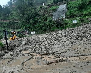 चंबा: चनेड में नाले में आई बाढ़, बहा जेसीबी हेल्पर