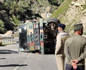 कुल्लू : सिस्सू के समीप पलटा सेना का ट्रक, मनाली लेह हाईवे पर यातायात प्रभावित
