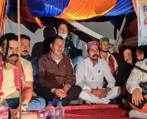 केलांग :लाहौल में भुख हड़ताल पर बैठे युवा कांग्रेस प्रदेशाध्यक्ष निगम भंडारी