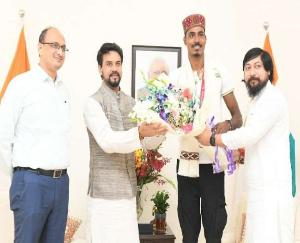 Union Sports Minister Anurag Thakur welcomes Nishad with Himachali tradition in Delhi