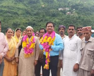 दाड़लाघाट : जन सम्पर्क अभियान के तहत ग्राम पंचायत चाखड पहुंचे प्रदेश कांग्रेस कमेटी के सचिव राजेन्द्र ठाकुर