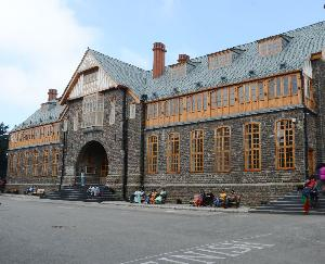 The town hall of Shimla is a movie of the stupendous Gothic architecture and the British past.