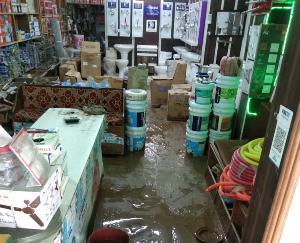 Kullu: Due to heavy rains, debris entered houses and shops