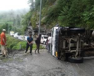 Kullu: Truck overturned on road, National Highway 305 obstructed