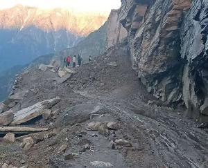 Himachal Pradesh: Landslide on Manali-Leh road, hundreds of vehicles stranded