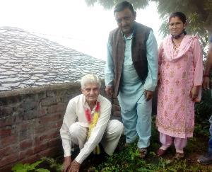 वरिष्ठ नागरिक सम्मान दिवस पर राजगढ़ में वरिष्ठ नागरिकों द्वारा किया गया पौधरोपण