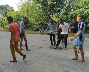 Jwalamukhi: Youths set an example of a pit lying on the National Highway filled with soil