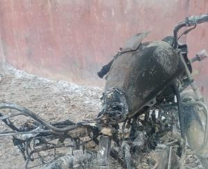 Indore: Mischievous elements set fire to the motorcycle of a young man who went to see Ramlila