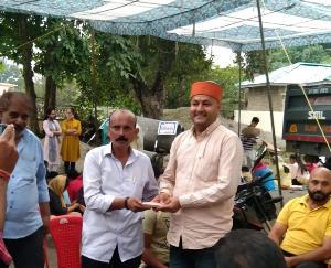 जसवां-परागपुर : समाजसेवी मुकेश ठाकुर ने जरूरतमंद स्कूली बच्चों को वितरित की कॉपियां और किताबें