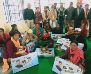 राजगढ़ में रीना कश्यप द्वारा महिलाओं को मुफ्त गैस कनैक्शन किए वितरित