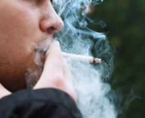 प्रतिबंधित स्थानों पर सरेआम उड़ाए जा रहे है धुंए के छल्ले