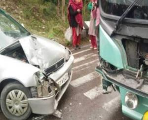हमीरपुर मार्ग पर वोल्वो बस और कार में भिडंत, कार सवार घायल