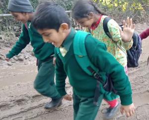 बीहण से नंगल रोड़ कीचड़ से लबरेज, स्कूली बच्चों व बुजुर्गों को दिक्कत