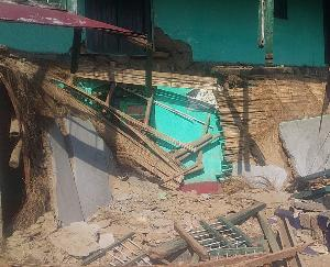 धूप में ही गिर गया बीपीएल परिवार की विधवा मीरां का मकान