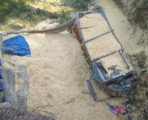 खाई में गिरा तूड़ी से भरा ट्रक, दो की मौत
