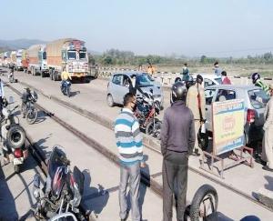 संसारपुर में लोगों का लगा जमावड़ा, पुलिस ने की काफी मशक्कत