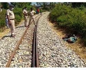 रेलवे लाइन पर मिली व्यक्ति की अधजली लाश