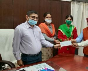 महिला मंडल पोखी ने सी एम राहत कोष मे दिया अंशदान