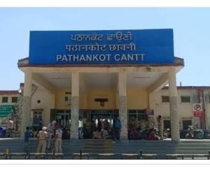 हैदराबाद से विशेष ट्रेन से पठानकोट पहुंचे 118 हिमाचली, तालियों से हुआ जोरदार स्वागत