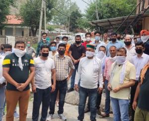 कांग्रेस कार्यकर्ताओं ने एस डी एम परिसर में की जमकर नारेबाजी