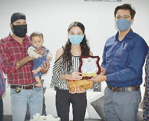 जमा दो की टॉपर अमनप्रीत कौर के घर पहुंचे उपायुक्त विवेक भाटिया