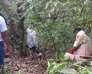 लोक लाज के डर से अधेड़ ने पेड़ पर फंदा लगाकर दी जान